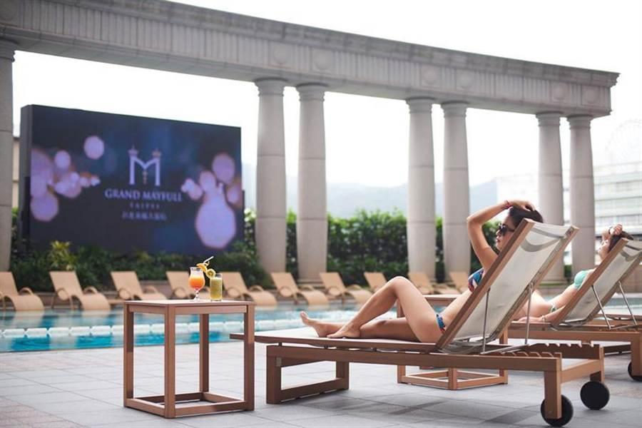 有戶外恆溫泳池的台北美福大飯店搶振興券商機,推出多種住房優惠與好禮讓消費者選擇。(圖/台北美福大飯店)