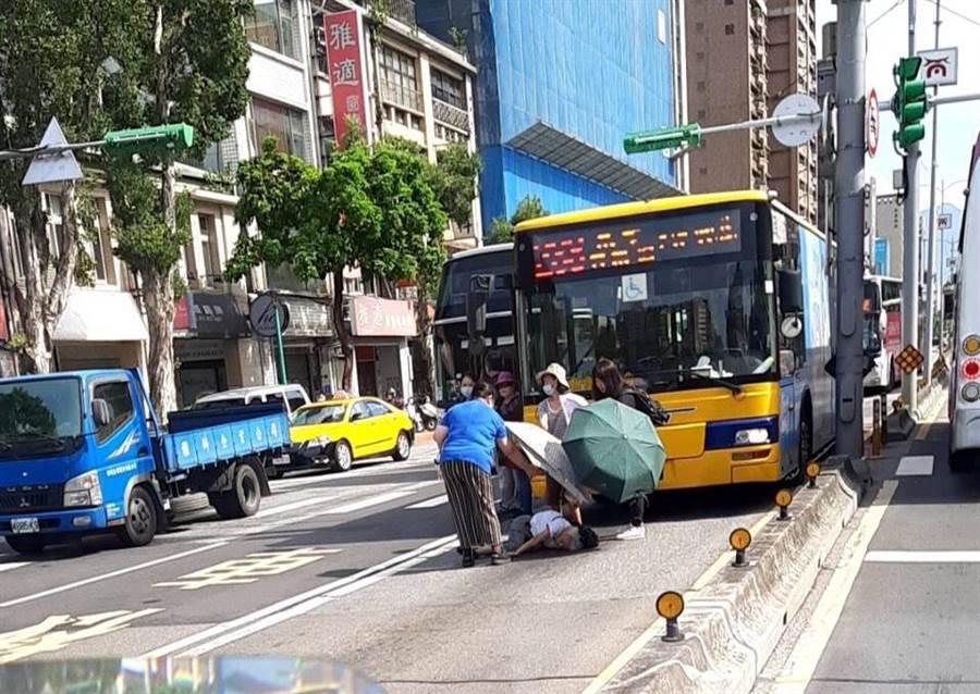 羅姓公車司機今天上午行經重慶北路3段、伊寧街口碰撞86歲黃姓婦人,婦人當場倒地送醫仍宣告不治。(民眾提供/李文正台北傳真)