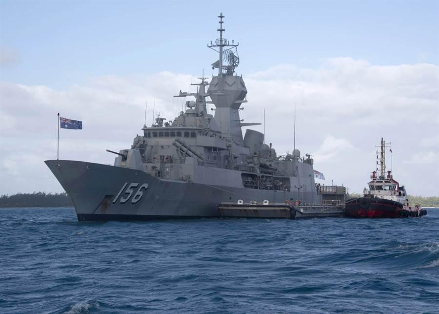澳洲巡防艦土烏巴號(HMAS Toowoomba,FFH 156)6月19日在位於印度洋的英屬迪耶哥加西亞(Diego Garcia)島美國海軍支援站(Navy Support Facility)加油。(美國海軍)