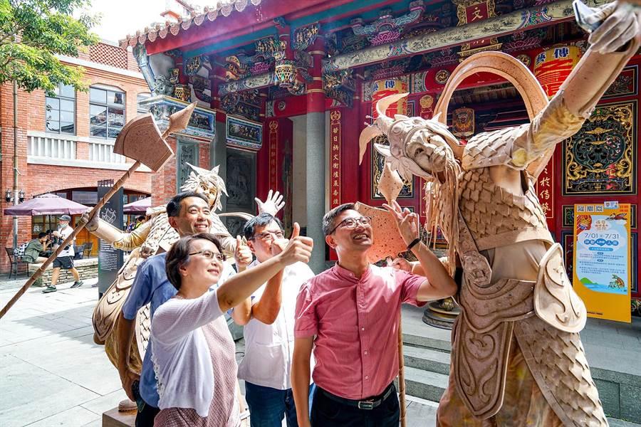 「行動雕像」是由身聲劇場團隊演出,在7月31日前,每天10時30分至中午12時,下午2時至3時30分,結合信仰文化與表演藝術與觀眾互動。(李忠一攝)
