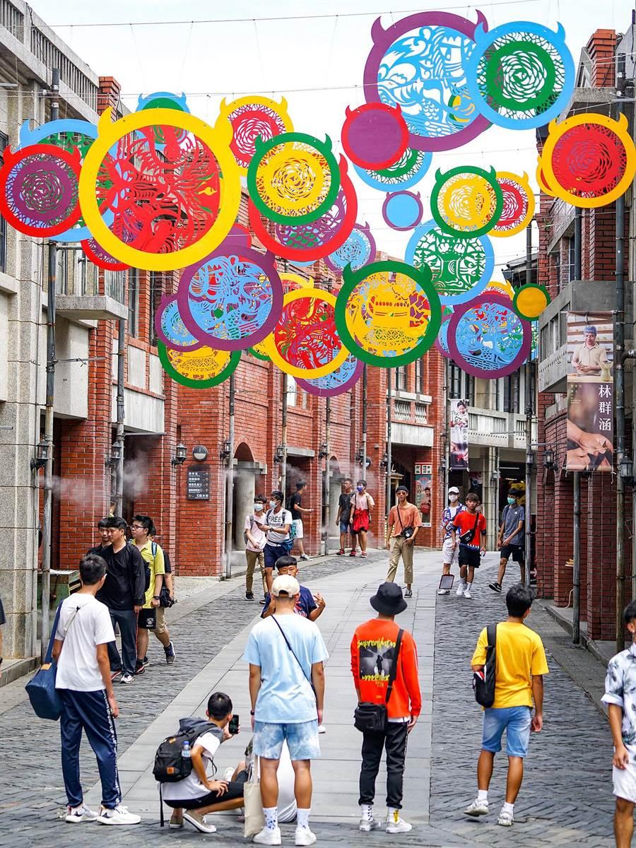 成若涵的作品「異彩」飄揚在宜蘭傳藝園區文昌街天空。(李忠一攝)