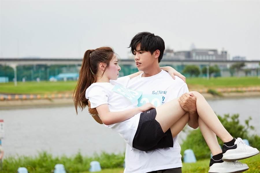 林孟辰与女主角拍MV时,公主抱NG近十次。(环球音乐提供)
