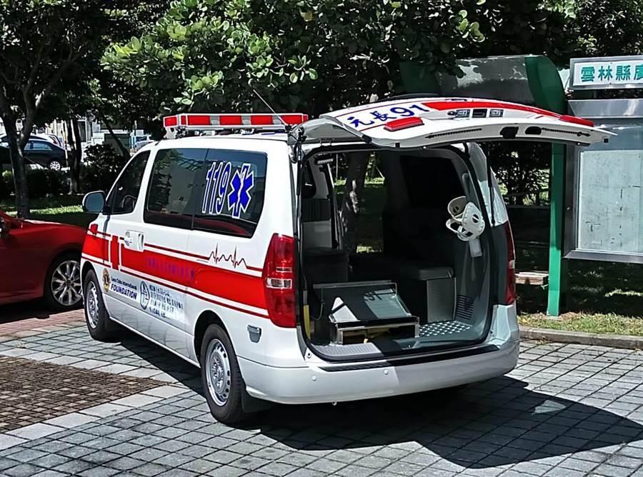 雲林虎女獅子會長蔡玉英捐贈的救護車。(許素惠攝)