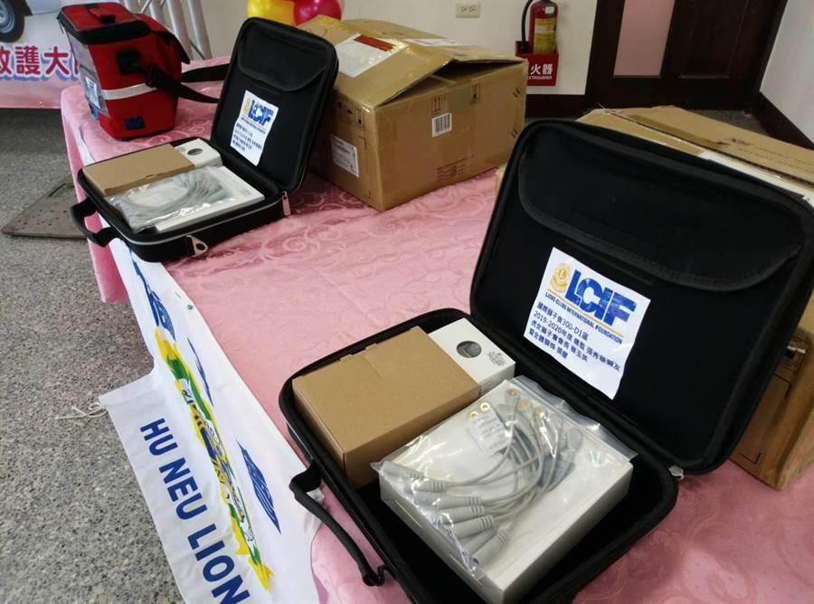 雲林虎女獅子會捐贈最新型12導程無線傳輸心電圖機。(許素惠攝)