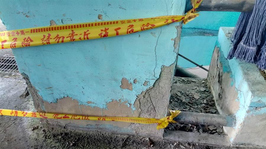 台北魚市場停車場車道梁柱水泥崩落、樓面塌陷嚴重。(台北市議員王浩研究室提供/張立勳台北傳真)