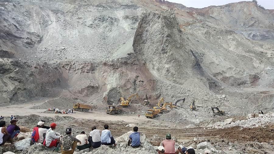 緬甸挖掘玉石頻繁,不時發生坍方死亡事故,圖為當地玉石場坍方,當局出動挖土機尋找礦工屍體的資料照。(達志圖庫/TGP)