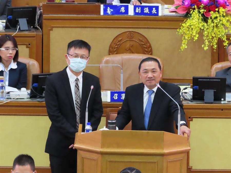 新北市長侯友宜承諾,新北2022國中完成裝設冷氣。(葉德正攝)