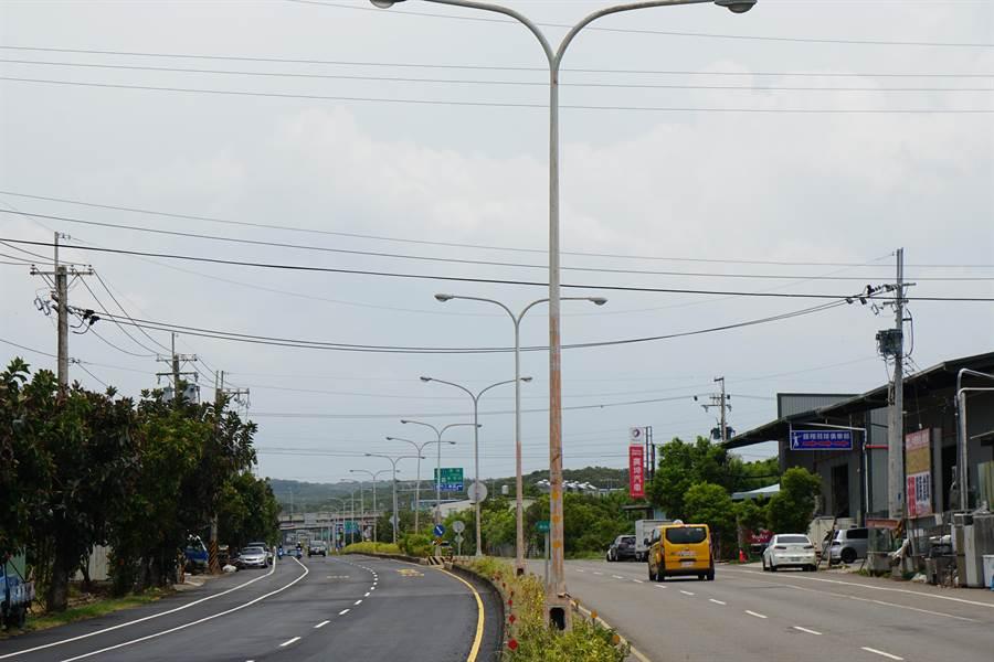 台1線新竹縣路段路燈多年未更新,呈現斑駁狀況。(莊旻靜攝)