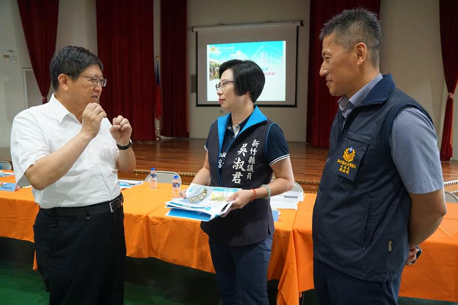 新竹縣長楊文科(左一)2日與縣府一級主管前往湖口鄉公所,舉辦地方建設座談會。(莊旻靜攝)