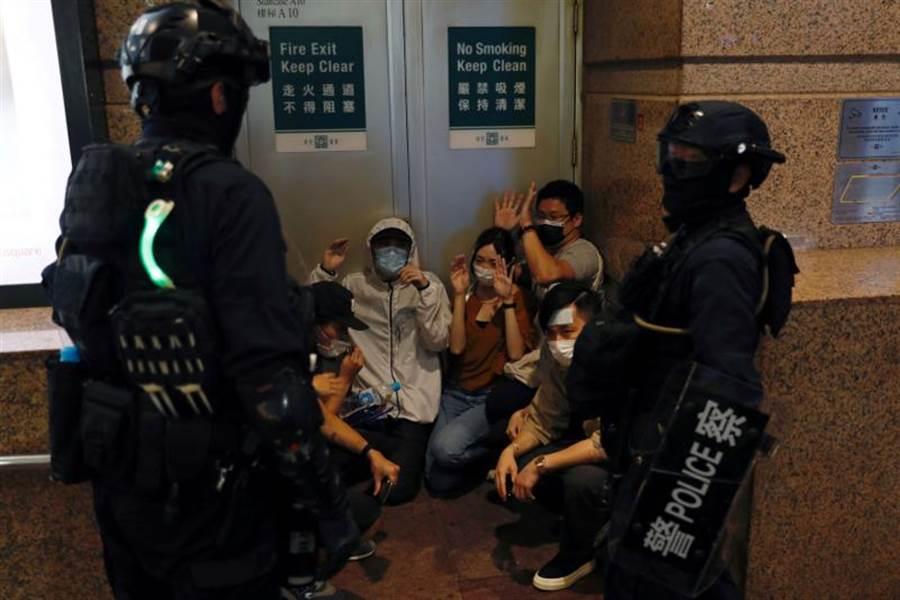 反香港國安法抗議民眾1日被鎮暴警察逮捕的畫面。(路透)