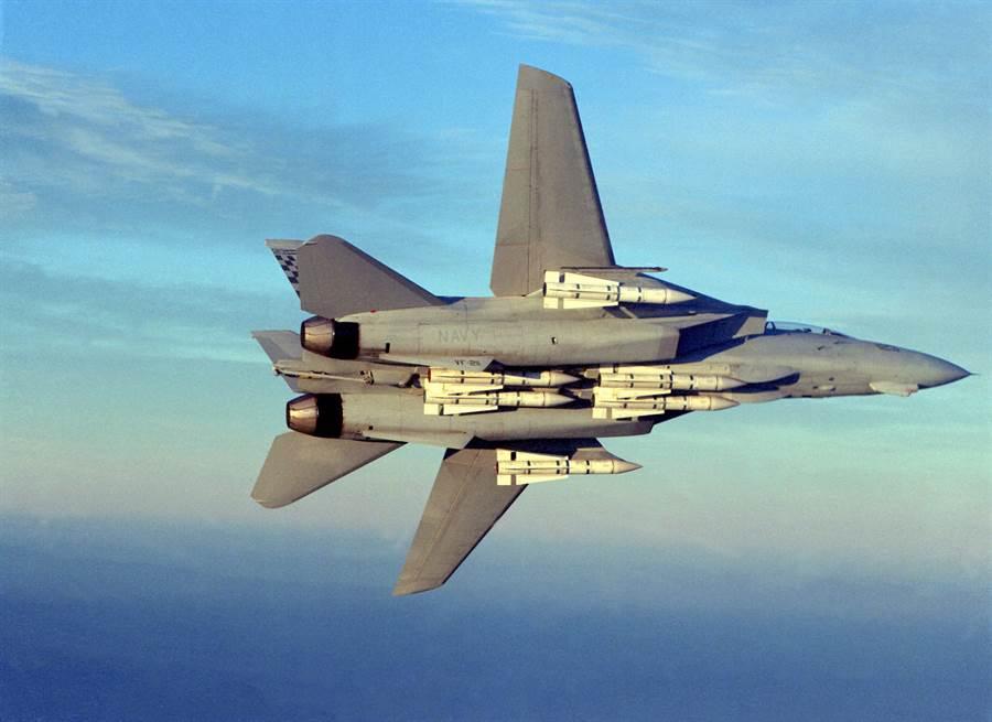 F-14滿掛6枚AIM-54鳳凰飛彈,是第一種具備射後不理性能的遠距離空對空飛彈。(圖/美國海軍)
