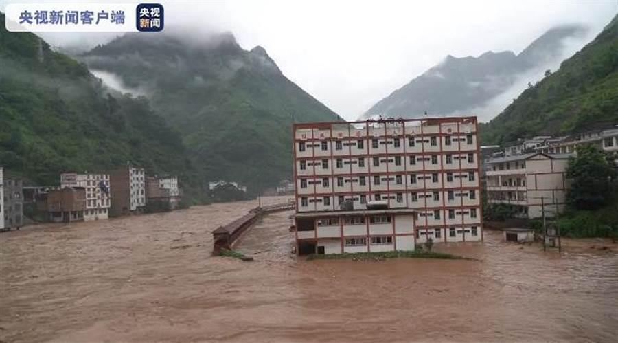 雲南昭通暴雨已致3人死亡1人失蹤,90間房屋倒塌。(央視截圖)