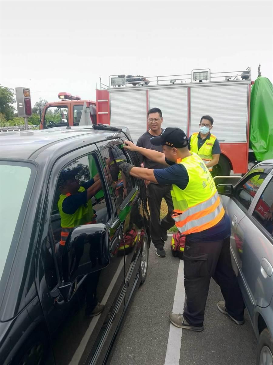 消防局據報緊急動員2車5人趕至,最後使用玻璃擊碎器破窗救人。(金門縣消防局提供)