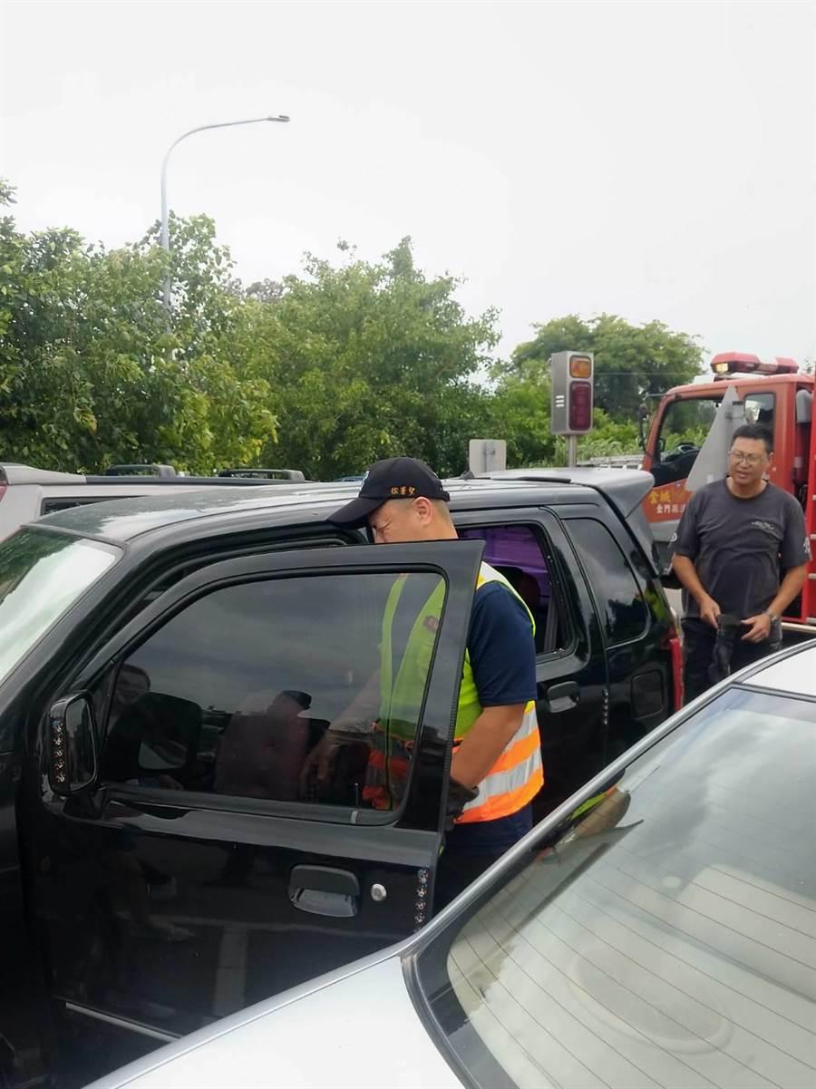 消防隊員破窗,順利打開車門。(金門縣消防局提供)