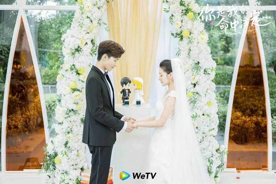 梁潔(右)與邢昭林在《你是我的命中注定》上演夢幻婚禮。(WeTV提供)