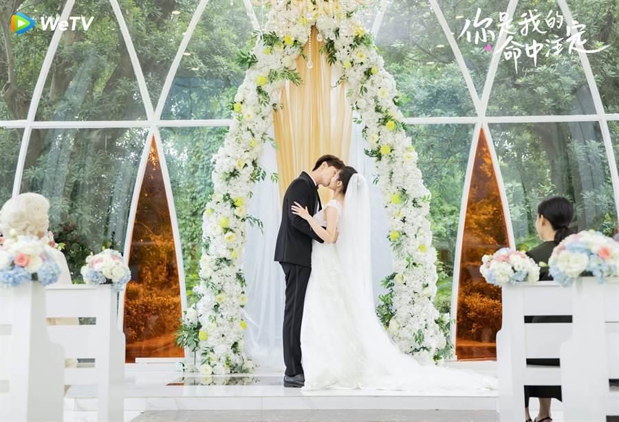 梁潔(右)與邢昭林在《你是我的命中注定》夢幻婚禮上擁吻。(WeTV提供)