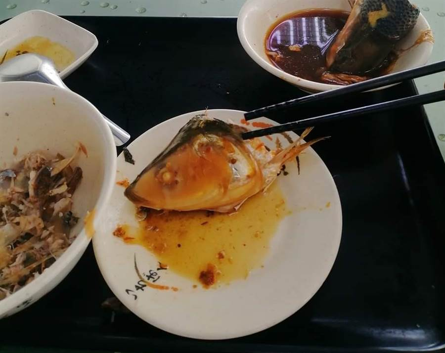 男網友分享午餐時遇到的有趣阿姨討魚頭故事。(圖/翻攝爆怨公社)