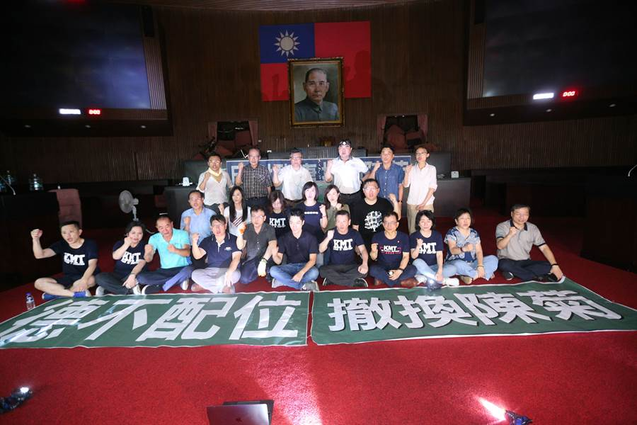 國民黨立委28日突襲佔領立法院議場,在議場內貼上撤回陳菊等標語。(黃世麒攝)
