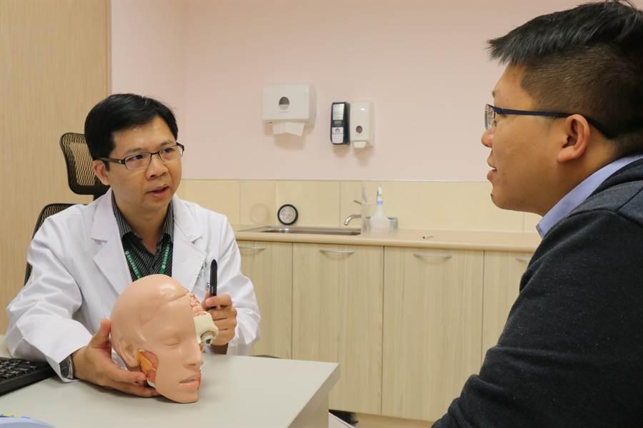 亞大醫院神經內科主治醫師吳致螢表示,可藉由抗憂鬱等藥物改善俗稱「公主病」的「纖維肌痛症」。(亞大附醫提供/陳淑芬台中傳真)