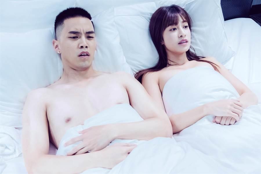 陳敬宣、徐謀俊新戲一見面就激吻上床。(三立提供)