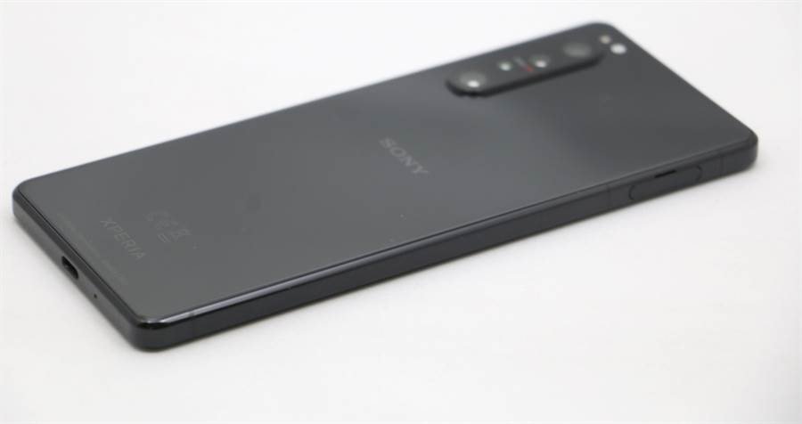Sony Xperia 1 II機身照(2)。(黃慧雯攝)