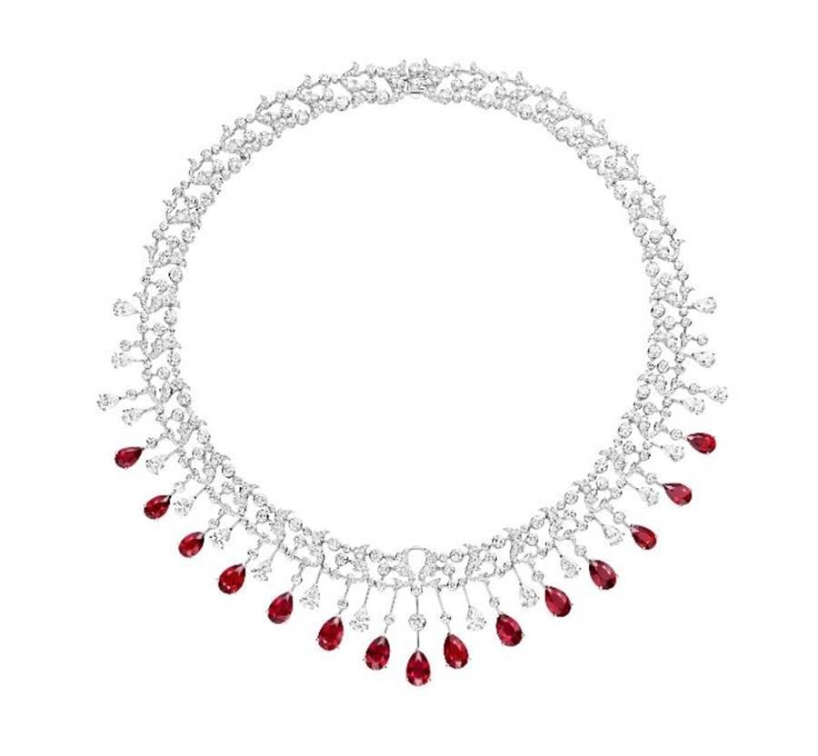 Chaumet Soirde Fete 18K白金紅寶石項鍊,鑲嵌紅寶石價值最高的鴿血紅、白鑽,約8000萬元,是這次World Masterpiece展品最高價。(台北101提供)
