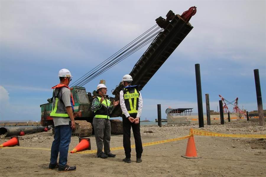 (評審委員於浮動碼頭工區詢問打樁機安全設施設置情形。圖/職安署提供)