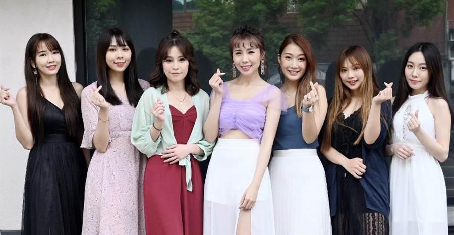 麗絲Liz(左四)出新曲〈誰來帶走我的哭泣〉,昔日無双樂團時期成員與好友前來獻上祝福。(紅心字會提供)
