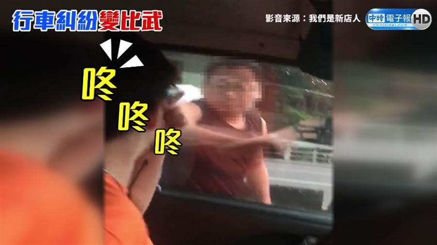 遊覽車司機不斷拍窗叫囂,還擺出拳擊姿勢挑釁。