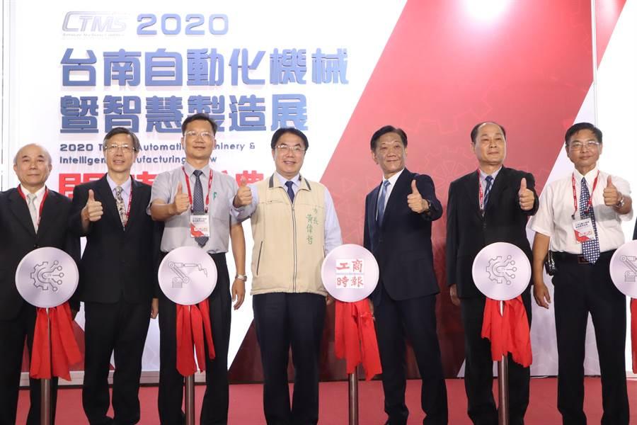 「2020台南自動化機械暨智慧製造展」於2日至6日,在台南南紡世貿展覽中心舉行。台南市長黃偉哲(左四)及主辦單位工商時報社長陳國瑋(右三)2日皆出席開幕剪綵儀式。(李宜杰攝)