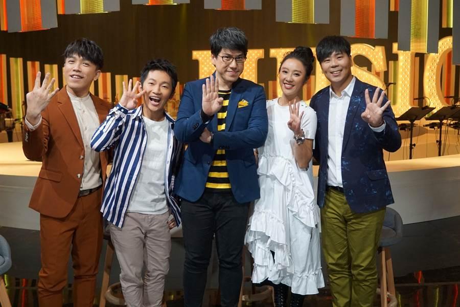 許志豪(左起)日前與蔡昌憲、馬世芳、方宥心、邵大倫錄公視《音樂萬萬歲4》。(公視提供)