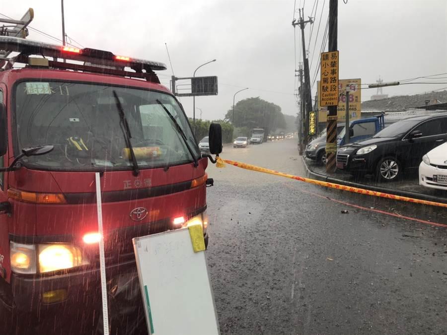 今天(2日)豪雨炸襲新北,災害應變中心已受理56件案。(讀者提供/『林俊翰』翻攝)