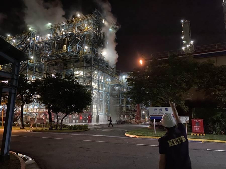 中油林園廠燃燒塔2日晚上冒火竄煙,高巿府環保局將開罰450萬元。(環保局提供/曹明正高雄傳真)