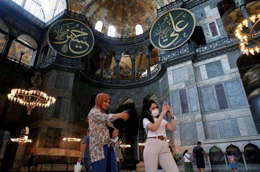 聖索菲亞大教堂現在是國家博物館,不管是基督徒或是穆斯林,都能入內參觀拍照。(圖/美聯社)