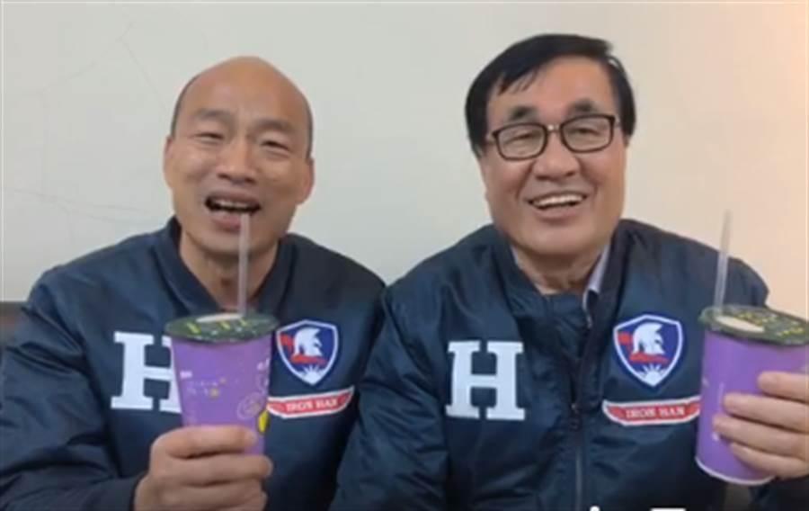 韓國瑜(左)曾和李四川(右)一起直播,用丹丹飲料開場。(資料照/取自韓國瑜直播)