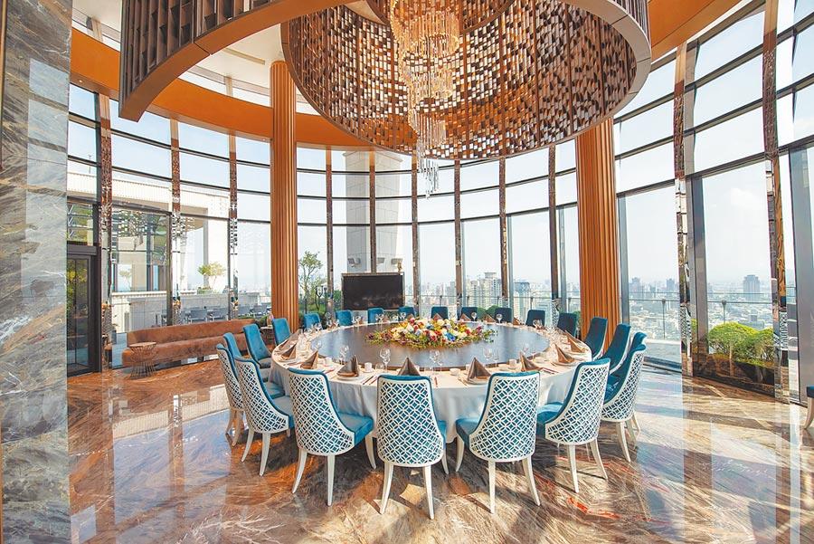 雙橡園1617頂樓的宴會廳,不僅可以環伺台中最美景致,專屬豪宅3.0服務以及來自鼎鼎有名的世貿聯誼社粵菜餐廳-輝哥總主廚的手藝,已經為住戶舉辦20幾場的私宴,滿意度破表。圖/業者提供