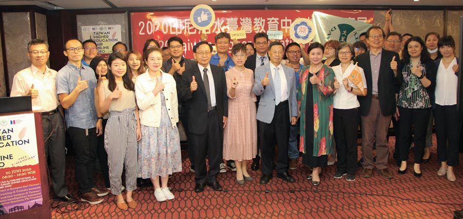亞洲大學負責的「印尼泗水臺灣教育中心」跨國線上教育展,亞大校長蔡進發(前排左五)與參與貴賓合影。圖/亞洲大學提供