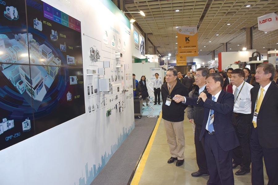 友嘉集團總裁朱志洋(前排右一)向前副總統蕭萬長(前排右二)介紹智慧製造解決方案。圖/業者提供