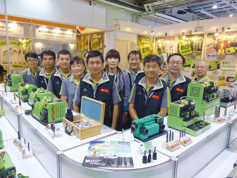 台利村公司行銷團隊由董事長廖明城、總經理廖明科率領,將展出多款精良的鑽頭研磨機。圖/莊富安