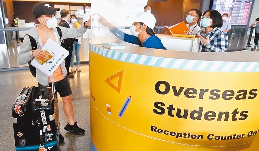 政府6月17日宣布讓11國2238個境外生第一批返台,但到昨天共進來32人,大學對此非常著急。圖為桃園機場境外生專用報到櫃台。(本報資料照片)