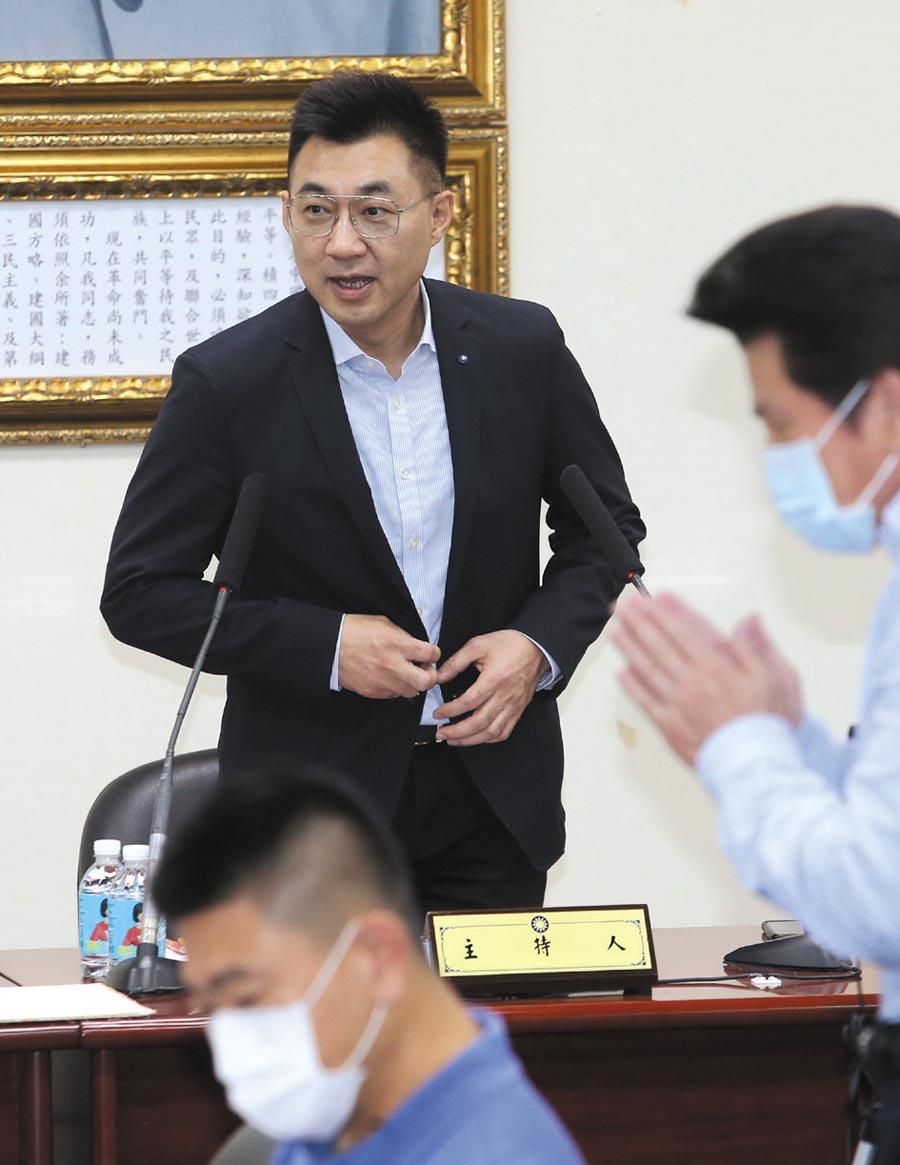 國民黨1日召開中常會,黨主席江啟臣(左)呼籲中共當局,將國安立法的權力還給香港,而立法院黨團已經提出援助港人規範的具體修法作為,作為港人爭取民主自由的堅實後盾。(王英豪攝)