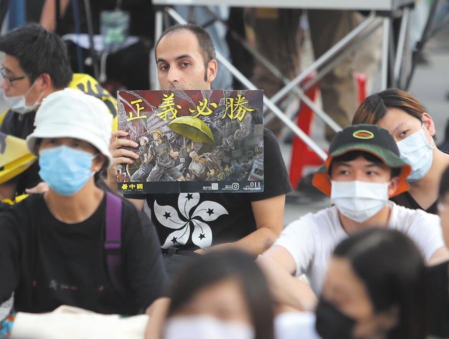 香港大學法律學院講師昨指出,該法例超越了大陸國內域外管轄權只適用於大陸公民的概念,兼管外國人。圖為台灣民間挺港活動的畫面。(本報資料照片)