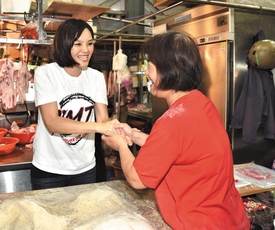 國民黨高雄市長補選參選人李眉蓁(左)1日上午到岡山區欣欣市場掃街拜票。(林瑞益攝)