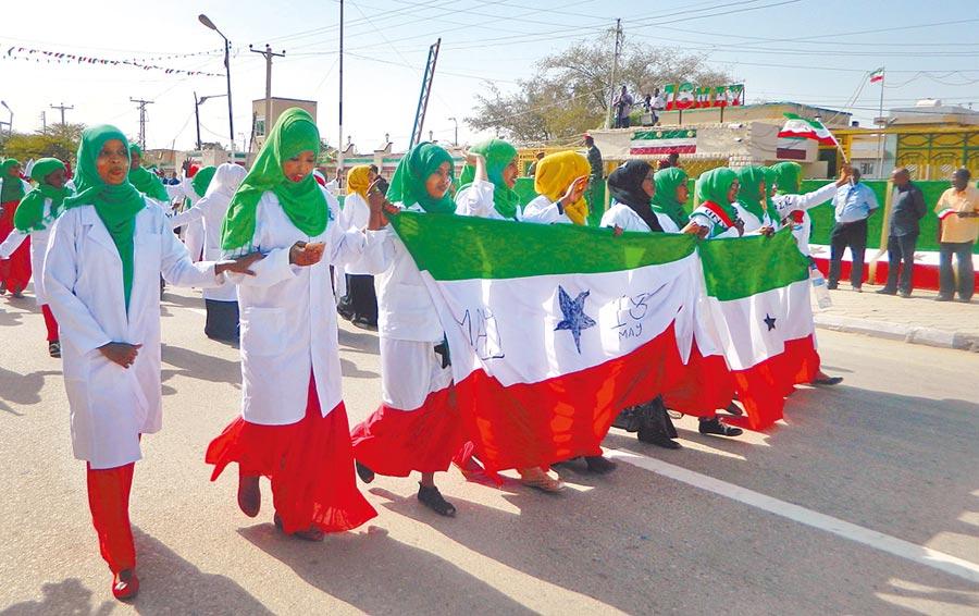 目前不被任何國家承認的索馬利蘭,與索馬利亞政府仍處於主權爭議狀態,圖為當地婦女遊行慶祝獨立紀念日。(美聯社)