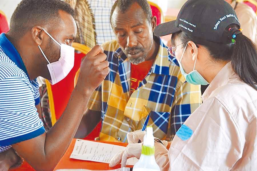 路竹會今年春節期間前進位在非洲東北部的索馬利蘭共和國義診。(路竹會提供)
