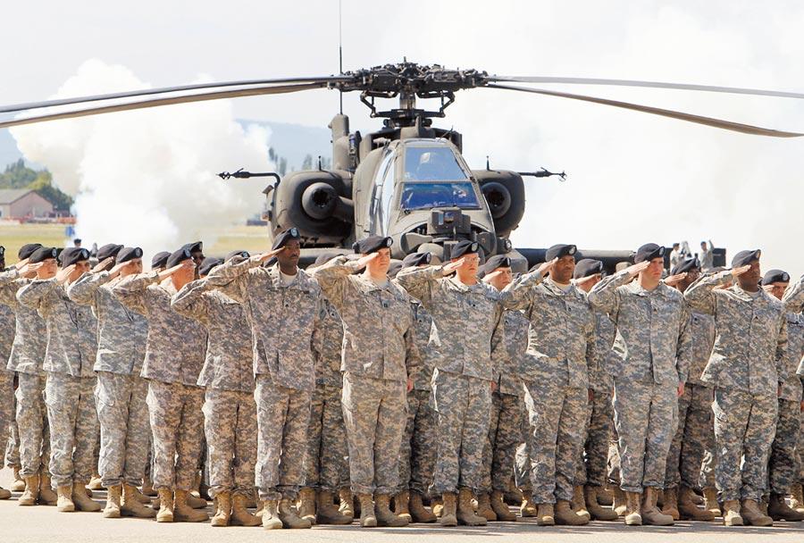 德國威斯巴登的美軍基地裡,裝甲部隊官兵正在舉行授旗儀式。美國國防部表示,總統川普已批准9500名駐德美軍的移防計畫,將開始撤出這批官兵。(美聯社)