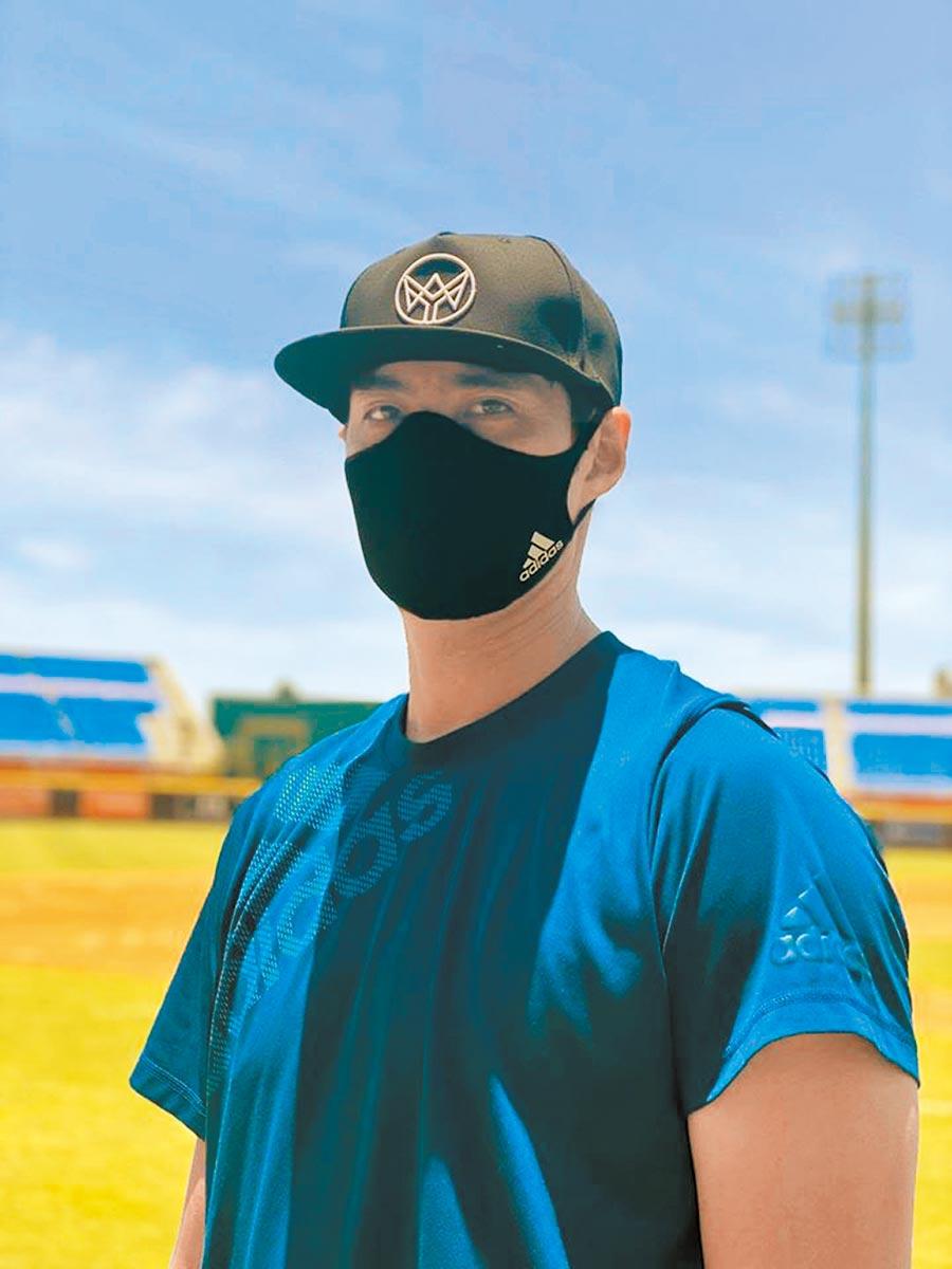 陳偉殷因為新冠疫情失業,日前被水手隊釋出,昨天他在臉書po出自己戴口罩的照片,宣傳贊助廠商送口罩防疫的促銷活動。(陳偉殷臉書粉專翻攝)