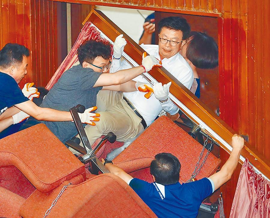 國民黨立院黨團28日突襲立法院,搶占立院議場,破壞門鎖和玻璃門,文化局將調查損毀程度。(本報資料照片)