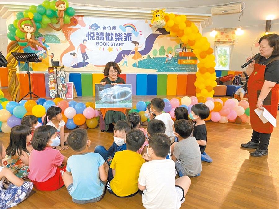 新竹縣文化局圖書館推動親子共讀,每周有說故事志工激發孩子對閱讀的興趣,館內借閱排行也是童書占據前10名。(莊旻靜攝)
