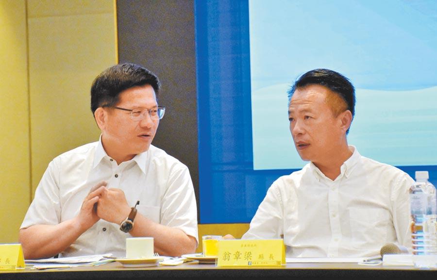交通部長林佳龍(左)1日與雲嘉南地區觀光產業代表座談,嘉義縣長翁章梁(右)也與會。(呂妍庭攝)